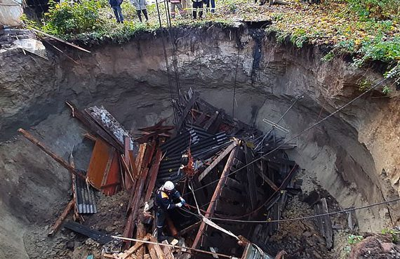 Massive sinkhole swallows entire house in Russian paroisse